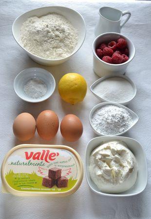 Ingredienti. Accendete il forno a 180 gradi. Foderate una tortiera a fondo rimovibile (22 cm diametro) con carta forno e ungete i bordi. Mescolate farina e lievito e setacciate