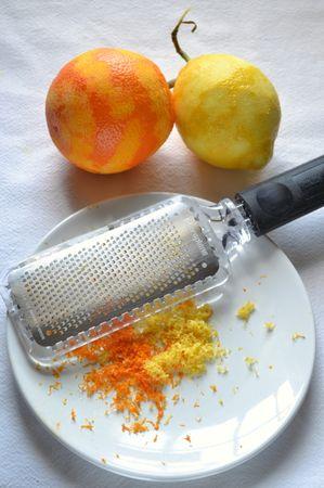 Grattugiate la scorza degli agrumi e mettete da parte