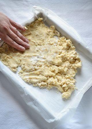 Versate il composto nello stampo (non fa nulla se sembra un pasticcio!) e premetelo sul fondo in modo da formare una base uniforme. Mettete in frigo mentre preparate la crema