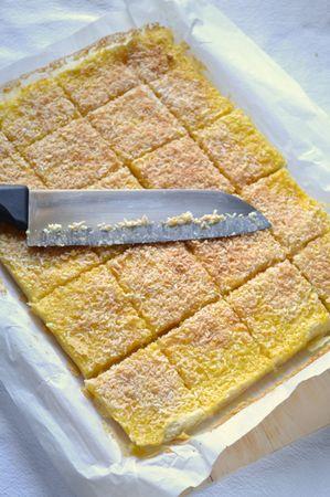 Sfornate, fate raffreddare per almeno un'ora, poi togliete dallo stampo sollevando la carta forno e tagliate a quadratini