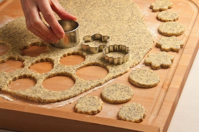 con alcuni taglia biscotti ricava i biscotti. Disponi i biscotti sulla placca del forno, rivestita di carta forno e passa in forno a 180° per 15-20 minuti.Buon Appetito da Vallé ♥