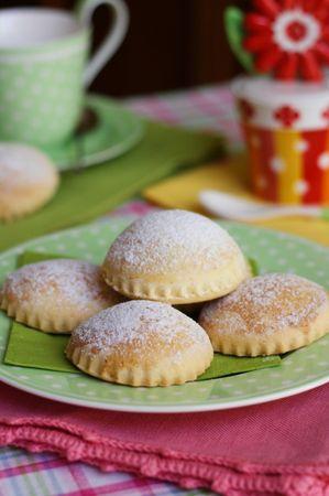 Lasciar raffreddare i dolcetti su una gretella per dolci
