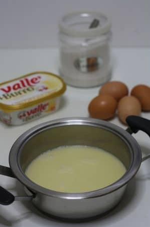 portare ad ebollizione l'acqua aggiungendo sale e burro. Far sciogliere il tutto lentamente