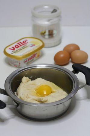 aggiungere un uovo alla volta e incorporare accuratamente al composto