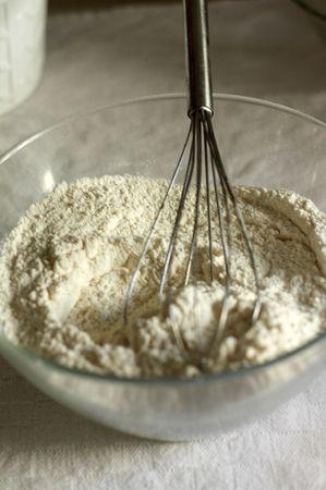 In una ciotola mescolare le farine, lo zucchero, il lievito