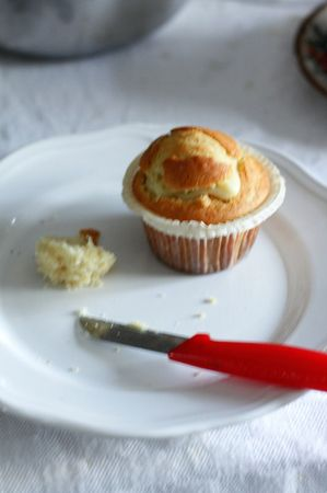 Chiudere sovrapponendo la calotta, ricomponendo il muffin. Spolverizzare con zucchero a velo e servire.