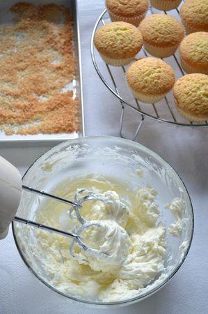 Sfornate (non spegnate ancora il forno!) e mettete i tortini a raffreddare sulla gratella. Distribuite il cocco destinato alla decorazione su una placca rivestita di carta forno e infornate per 5 minuti, fino a farlo colorire (deve diventare dorato, ma attenzione a non farlo bruciare), poi sfornate e mettete a raffreddare. Quando i cupcakes sono freddi, potete decorarli: mescolate la Vallé Leggera con lo zucchero a velo (diluite col latte se il composto è troppo asciutto- non è detto che serva) poi frullate con un frullino elettrico per un paio di minuti finché il tutto è cremoso come panna montata