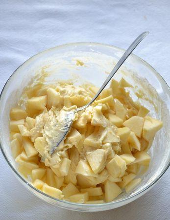 Incorporate le mele nel composto mescolando con delicatezza