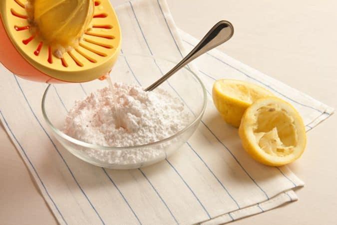 disponili sulla placca del forno, rivestita di carta forno, e infornali, nel forno preriscaldato, per 10-15 minuti a 180°, sono pronti quando i bordi cominciano a dorarsi. Nel frattempo prepara la glassa lavorando lo zucchero a velo con il succo di limone