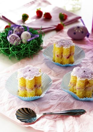 Ritagliare con uno stampino da biscotti dei fiorellini, e decorare a piacere con zucchero a velo e zucchero colorato.
