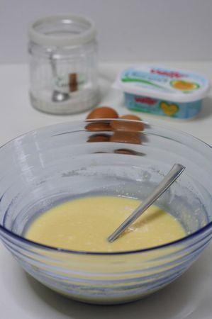 Lavorare le uova con lo zucchero, la ricotta e la vaniglia