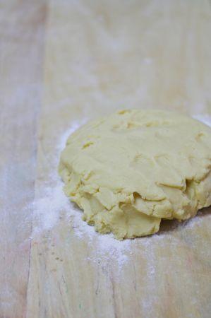 Preparare la frolla impastando, uova, zucchero, farina, Vallé e lievito. Lasciarla riposare 30min. in frigo