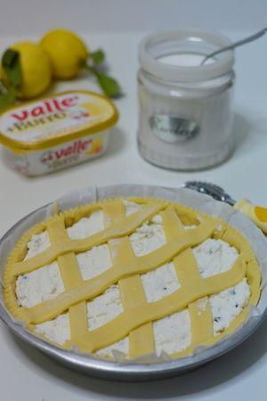 Farcire la crostata con la ricotta e decorarla con delle strisce di frolla