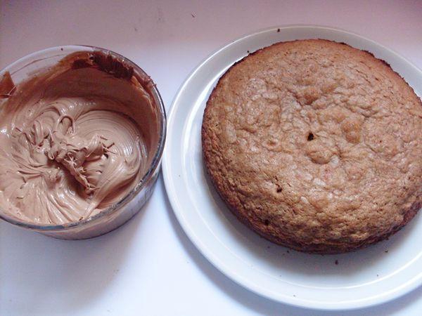infornare in teglia 22 cm per 30 minuti a 170 °. Nel frattempo preparare la ganache: tritare il cioccolato metterlo in una ciotola con la panna liquida e sciogliere al microonde, mettere in frigo per minimo 2 ore.