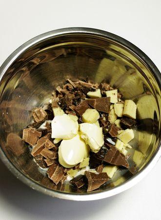 Spezzettare il cioccolato, metterlo in una ciotolina con Vallé ed il latte. Sciogliere il tutto a bagnomaria.