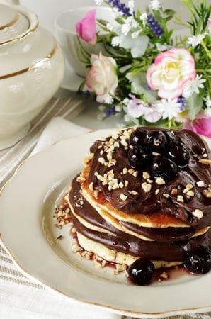 Farcire  i pancakes a piacere con la crema di cioccolato, amarene e nocciole.
