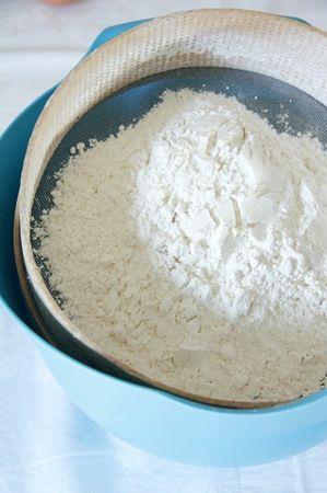 Setacciare la farina, l'amido di mais e il lievito e mescolare con una frusta