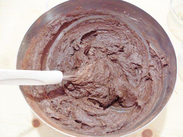 aggiungere man mano le farine, il lievito ed il cacao setacciati in precedenza. Lavorare fino a quando otterrete un impasto cremoso e spalmabile. Preriscaldare il forno a 170 °