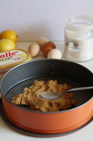 Cheesecake con ricotta - amalgamare ai biscotti secchi, Vallé + burro fino a quando il composto non è compatto. Con il dorso di un cucchiaio, ricoprire la base dello stampo