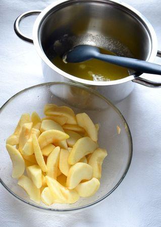 Sbucciate le mele e tagliate a fettine. Irrorate col succo di limone. A parte, mettete fate sciogliere la Vallé piùOmega3 con 50 gr di zucchero in una casserruola con fondo pesante; appena il composto inizia a sobbollire, aggiungete le mele con tutto il succo, la vaniglia e mescolate. Cuocete per 5 minuti a fuoco medio, o fino a quando le mele inizieranno a essere tenere ma non sfatte. Mettete da parte