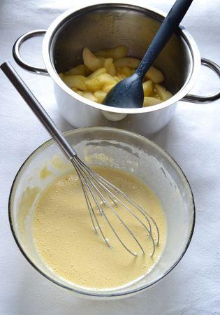 Accendete il forno a 180 gradi. Ungete due stampi da 6 tartellettes (8 cm diametro; in alternativa, usate uno stampo da 12 muffins -7 cm diametro – meglio se di silicone). Sbattete leggermente le uova con 20 gr di zucchero, poi unite il latte, mescolate e incorporate la farina mescolata a lievito poca alla volta, sbattendo con una frusta per non formare grumi