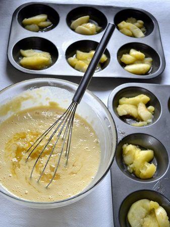 Sistemate 2-3 pezzetti di mela in ogni stampino. Versate il liquido rimasto nella pentola (se ci sono pezzetti di mela mettete anche quelli) nella pastella e amalgamate bene con la frusta