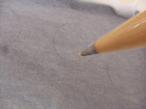 formare dei dischi di 8 -10 cm di diametro sulla carta da forno e riempire con il composto una sac a poche con beccuccio largo 2 cm (oppure potete usare il beccuccio per le zeppole ancora meglio)