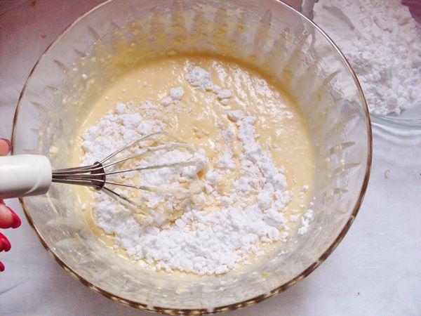 montare lo zucchero con Vallé, aggiungere le uova una alla volta, la buccia del limone e le farine setacciate con il lievito man mano.