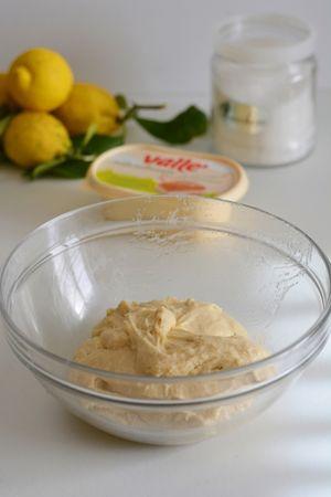 lavorare il tutto aggiungendo lievito e farine, e un po' di scorza di limone