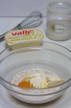 aggiungere l'uovo, Vallé Naturalmente, zucchero e la scorza di limone