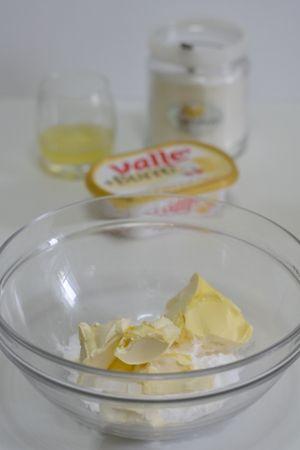 in una ciotola aggiungere allo zucchero a velo, Vallé+Burro e lavorare con una spatola