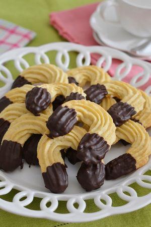 sciogliere a bagnomaria il cioccolato e bagnarci il biscotto. Lasciar asciugare su una gretella per dolci
