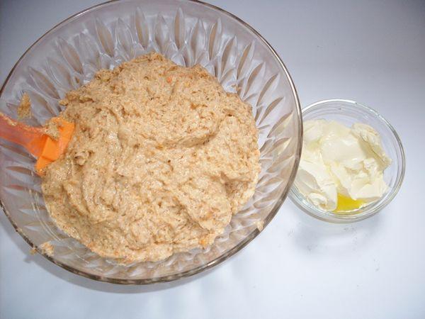 lavorare le uova con lo zucchero, aggiungere le farine, le mandorle e le carote tritate e mescolare. Aggiungere la margarina leggermente fusa ed il lievito.