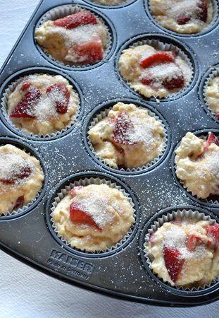 Dividete negli stampini e distribuite un pizzico di zucchero misto a cannella rimasto su ogni muffin. Infornate per 25 minuti circa (fate la prova stecchino)