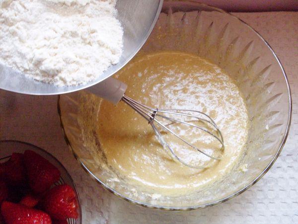 Torta soffice alle fragole: lavorare la Vallé con zucchero e uova
