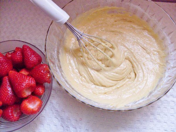 Torta soffice alle fragole: aggiungere la farina
