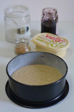 Versare in uno stampo (cm 22) imburrato ed infarinato. Cuocere per 30min. a 180°