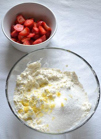 Accendete il forno a 180 gradi. Foderate una placca da forno con carta antiaderente. Tagliate le fragole a pezzi. Versate la farina con il lievito in una ciotola capiente e unite la Vallé +Burro a pezzetti. Sfregate tra le dita finché il composto assomiglia a grosse briciole, cercando di essere veloci e di lavorare molto poco l'impasto. Unite 50 gr di zucchero e la scorza grattugiata del limone