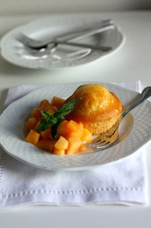 In un pentolino far cuocere il melone tagliato a cubetti, il miele e l'acqua, fino ad ottenere uno sciroppo non denso, da versare sui muffin, al momento di servire, con accanto la frutta.