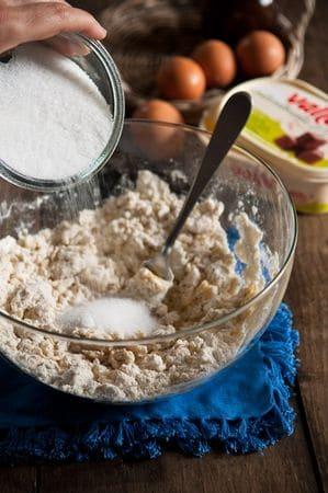 Continuare ad amalgamare con una forchetta, unite il pizzico di sale e lo zucchero