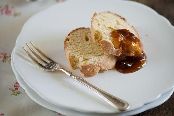 Stemperate la confettura di susine con il marsala e utilizzatela per accompagnare il pan dolce