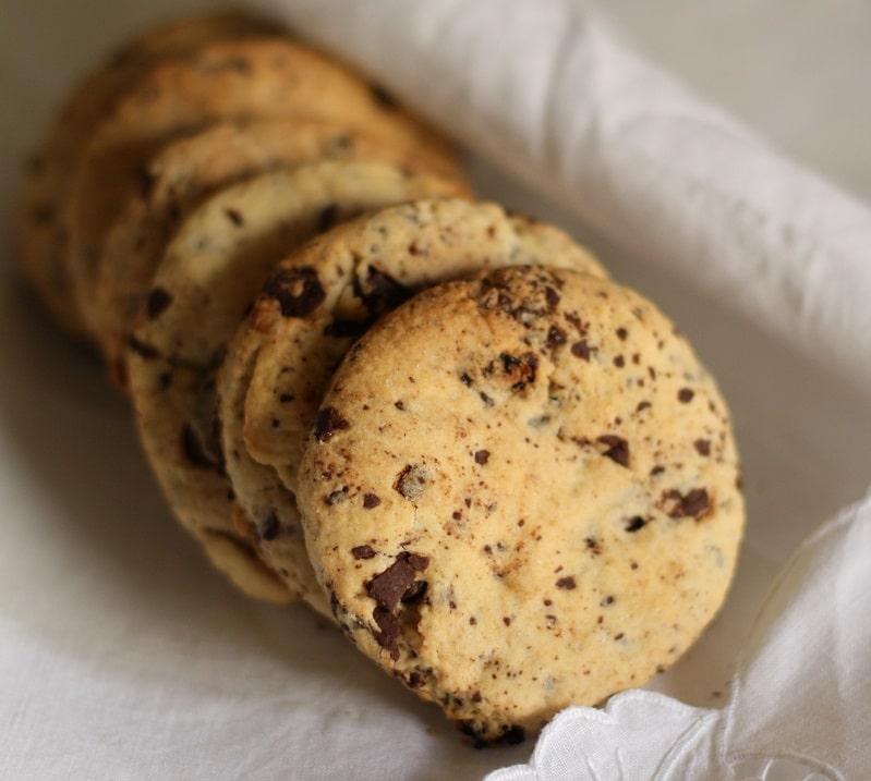 Biscottoni di frolla con cioccolato e uvetta
