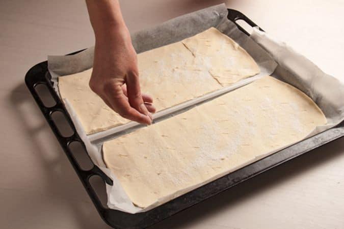 cospargi la superficie di zucchero a velo e bucherellali con una forchetta o con la punta di un coltellino. Cuocili in forno a 200° per 10-15 minuti (finché saranno dorati).