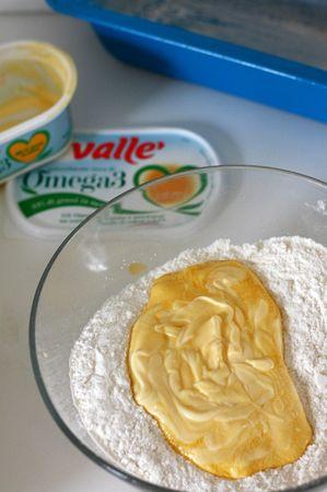 Aggiungere gli ingredienti liquidi (la margarina sciolta al microonde o fatta ammorbidire a temperatura ambiente e il latte)