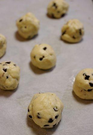 Prelevare delle porzioni di pasta grandi come una noce e formare delle palline che disporrete nella placca rivestita di carta da forno. Tenete in frigo fino al momento di infornare