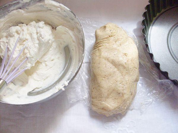 Preparare la frolla: setacciare le farine insieme allo zucchero, aggiungere la vallè ammorbidita e aggiungere le uova, lavorare l'impasto per formare un panetto e mettere in frigo a riposare per 2 ore. Preparare la crema al cioccolato bianco: scaldare 200 ml di panna ed unire lontano dal fuoco il cioccolato bianco tritato, mescolare e lasciare intiepidire. Una volta che è quasi freddo aggiungere la restante panna montata.