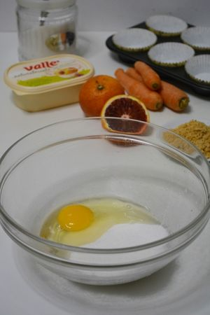in una ciotola aggiungere allo zucchero, l'uovo
