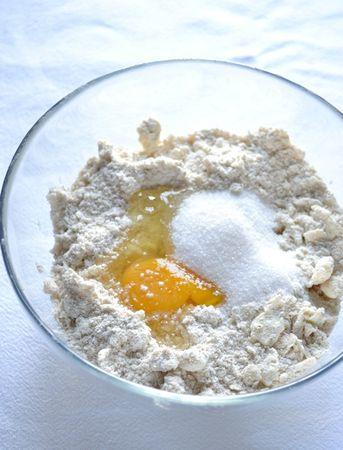 Mescolate le farine in una ciotola capiente, poi unite la Vallé+Burro fredda e sfregate tra i polpastrelli, in modo da ottenere un composto simile a briciole di pane (non lavorate troppo a lungo, il composto non si deve scaldare); aggiungete l'uovo e lo zucchero, mescolate con una forchetta e impastate brevemente. Appena l'impasto diventa coeso e omogeneo, avvolgete con pellicola e mettete in frigo per 2 ore circa