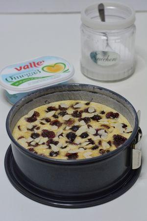 sistemare sopra le ciliegie, le mandorle e lo zucchero di canna. Infornare a 180° per 45min.