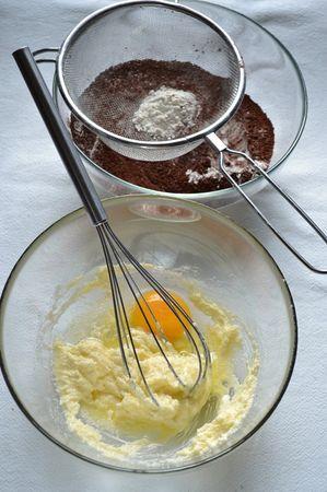 Accendete il forno a 180 gradi. Foderate uno stampo da 12 muffins con 10 pirottini di carta. Mescolate farina, lievito e cacao per la base e setacciateli. A parte, lavorate la Vallé con lo zucchero e la vanillina fino a quando il composto è morbido e cremoso, poi unite un uovo alla volta amalgamando bene tra uno e l'altro